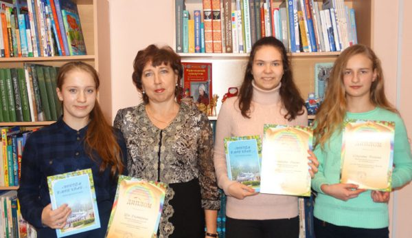 Победители конкурса с преп. Г. В. Паймановой на церемонии награждения в биб-ке им. Крылова