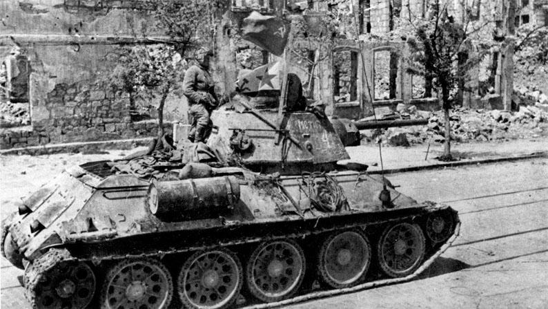 Танк Т-34 в на улице освобожденного Севастополя.