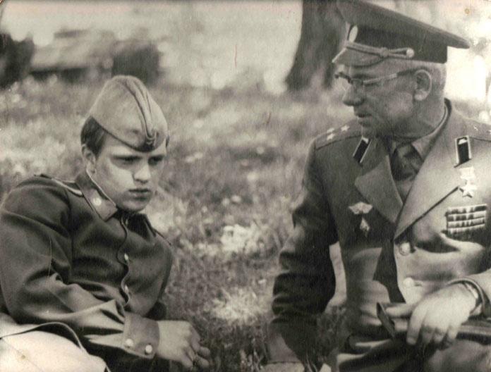 Герой Советского Союза И.И.Ревков и его сын Игорь – курсант Львовского политучилища 1977г.