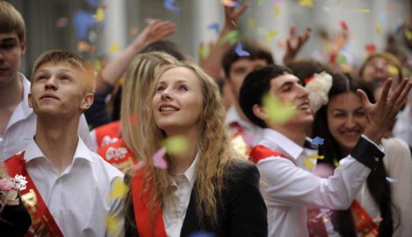 Vypuskniki raduyutsya na torzhestvennoy lineyke v posledniy uchebniy den. Posledniy zvonok prohodit v gimnazii №8 v gorode Sochi.