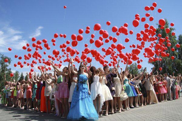 Выпускники - 2013. Девушки запускают в небо надувные шарики во время проведения бала медалистов.